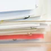 Ein Stapel Dokumente mit Büroklammern