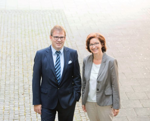 Herr und Frau Pöhler stehen im Hof