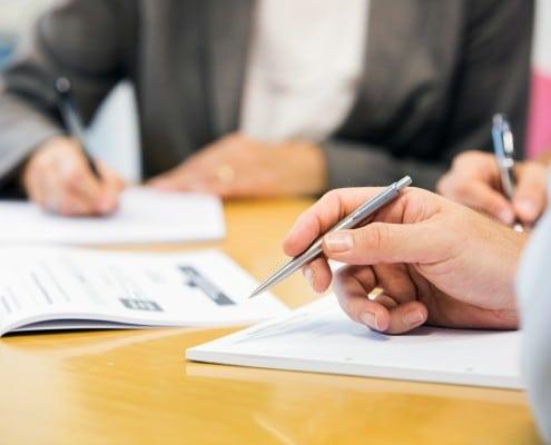 Bei einem Meeting werden Notizen gemacht