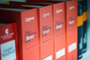 Ein Bücherregal voll mit Fachbüchern zum Thema Steuerrecht